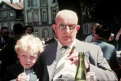 Farbfoto: Erwin Thomasius und sein Großvater Bernhard Oostinga im Jahre 1958 in Goslar im Harz. Foto: I.O.